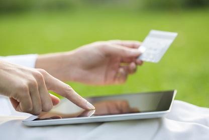 e-business Nahaufnahme einer Hand mit Kreditkarte und Benutzung eines tablets