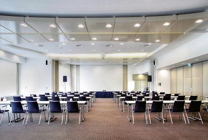 Konrad Adenauer Stiftung: Workshop zur politischen Kommunikation. Leerer Plenarsaal im Seminaris BadHonnef