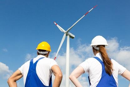 Ingenieure vor einem Windrad. Die Energiewende im Unternehmen voranbringen