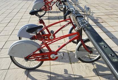 Mietfahrradstation mit roten Rädern Nutzen statt Besitzen